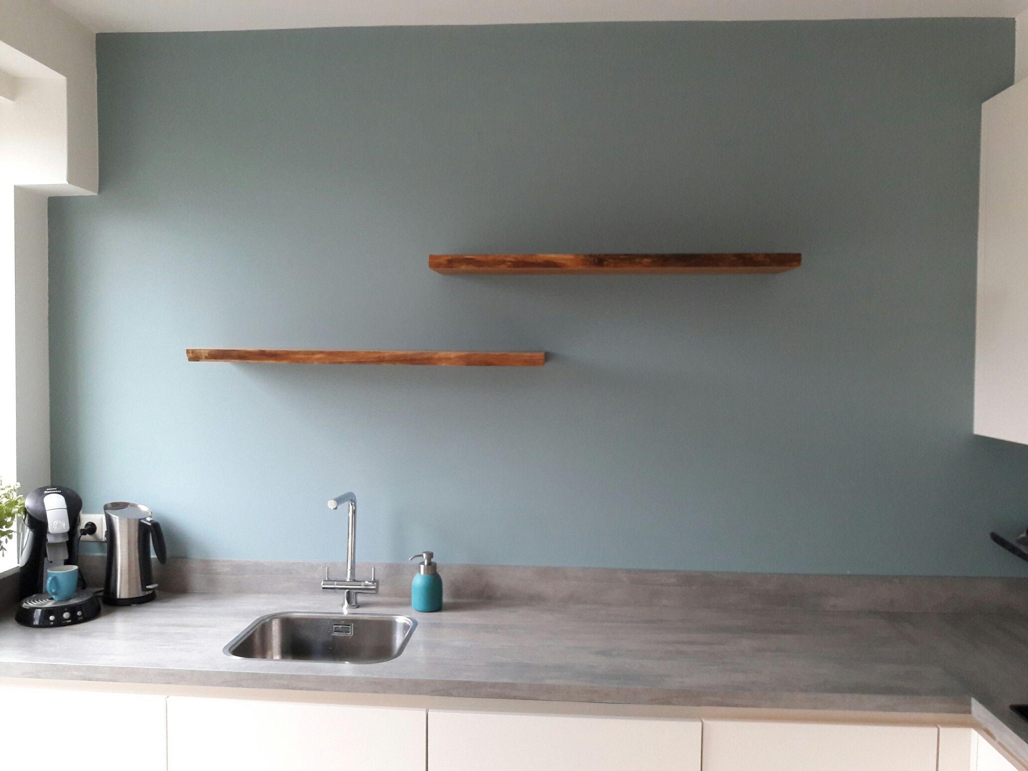 Een houten wandplank kun je zwevend aan de muur bevestigen. Het ...