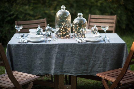 Decoration Table De Fete Soiree En Exterieur Table En Teck Nappe En Lin Grise Guirlande Lumineuse Dans Une Cloc Nappe Lin Table Teck Decoration Table