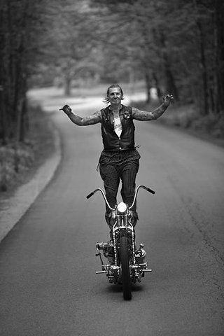 Me recordo a mi madre y a mi tia haciendo sus malabares en moto cuando era jovenes jejej #DisturbedCulture #DisturbedTendencies