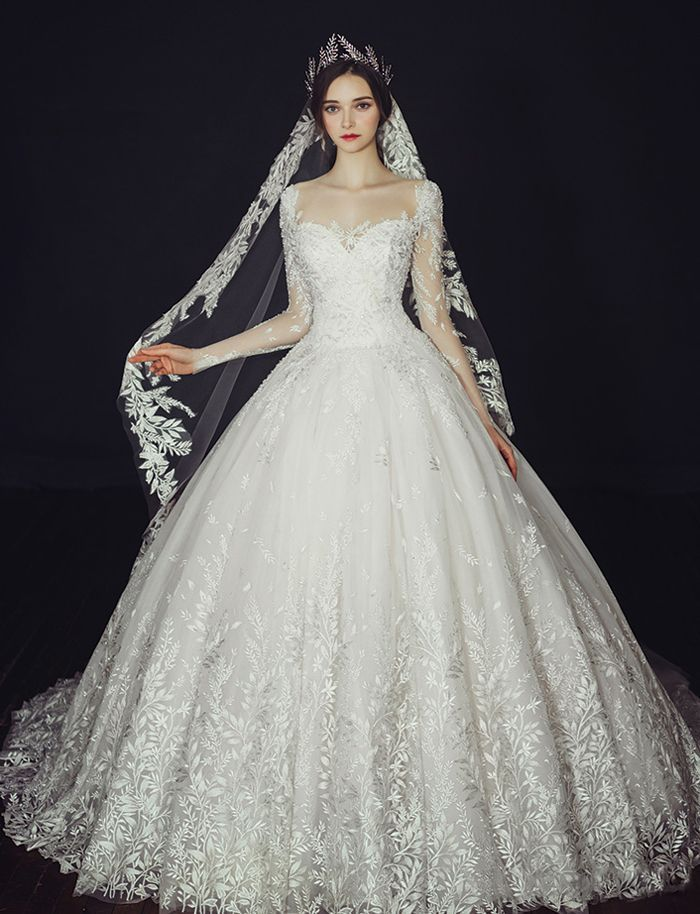 This vine-inspired wedding gown from Clara Wedding will definitely make you the queen of the day!