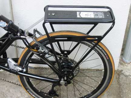 @avantum Old Man Mountain, montado en una bicicleta Dahon plegable.