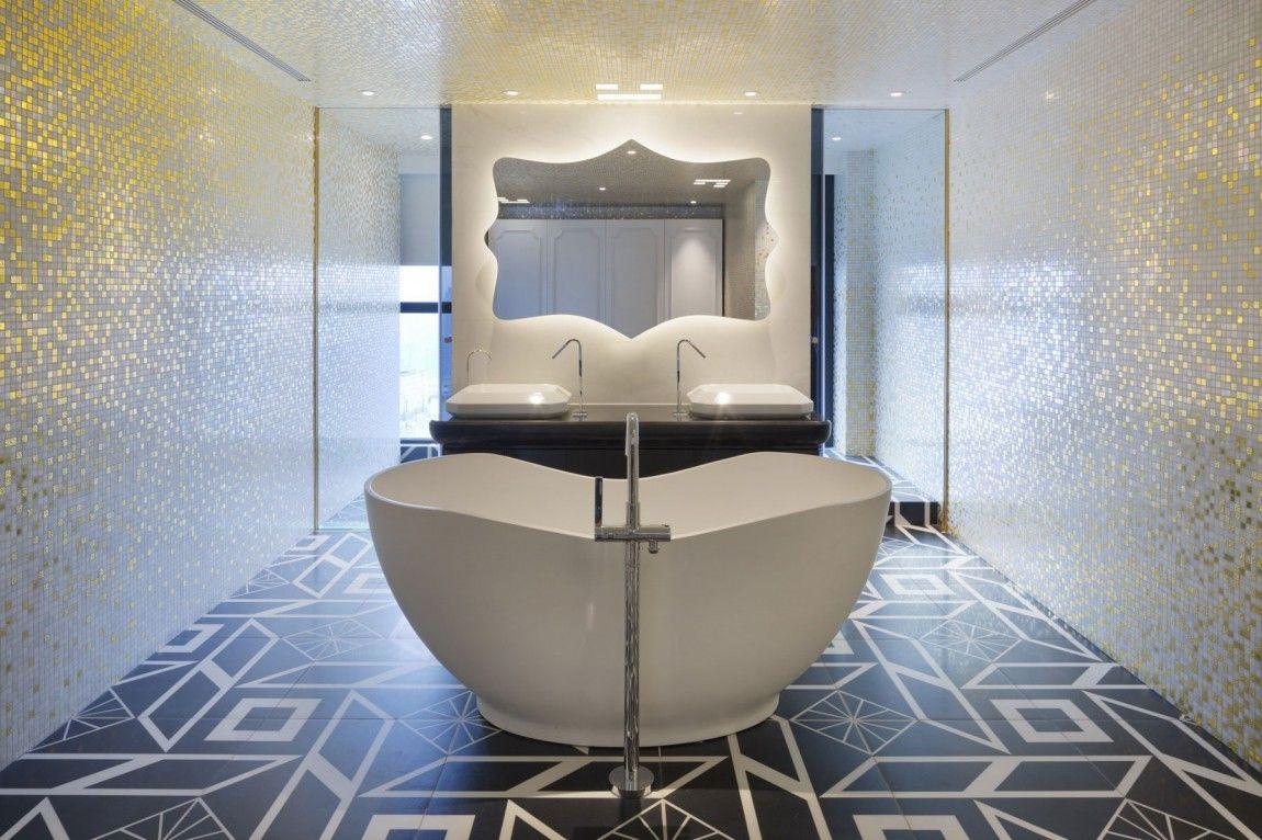 Appartement chinois déco colorée salle de bain avec baignoire ilot central