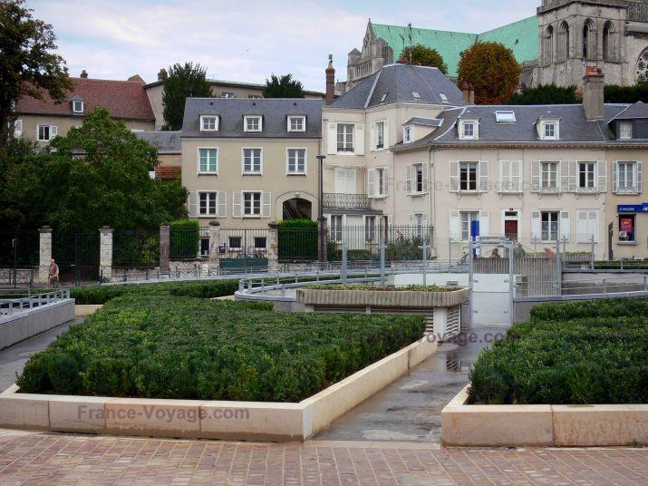Chartres : Cathédrale Notre-Dame (édifice gothique), place Châtelet et maisons de la ville