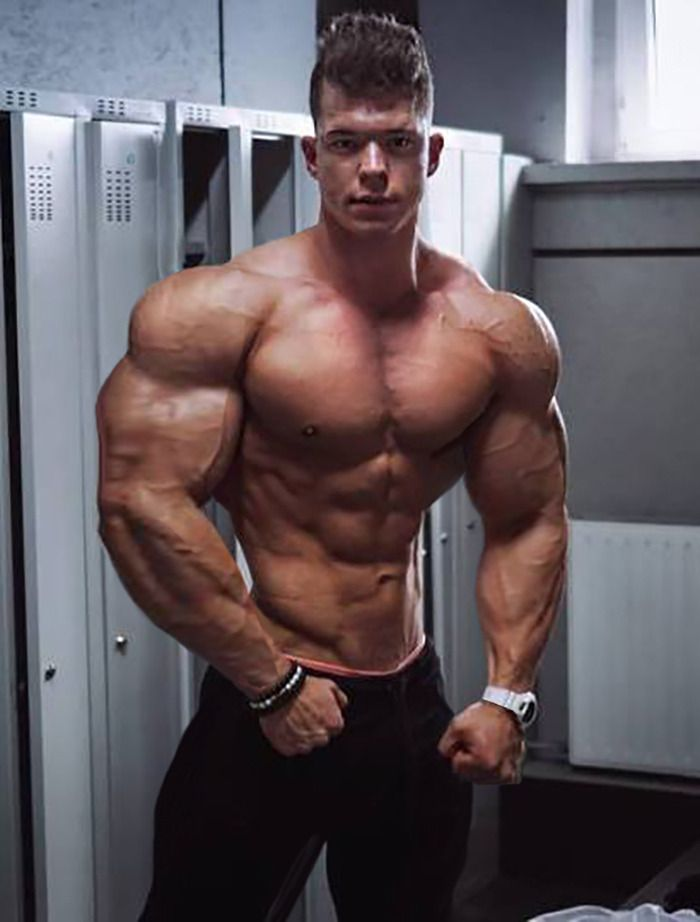 Muscle worshipping the blonde muscle god