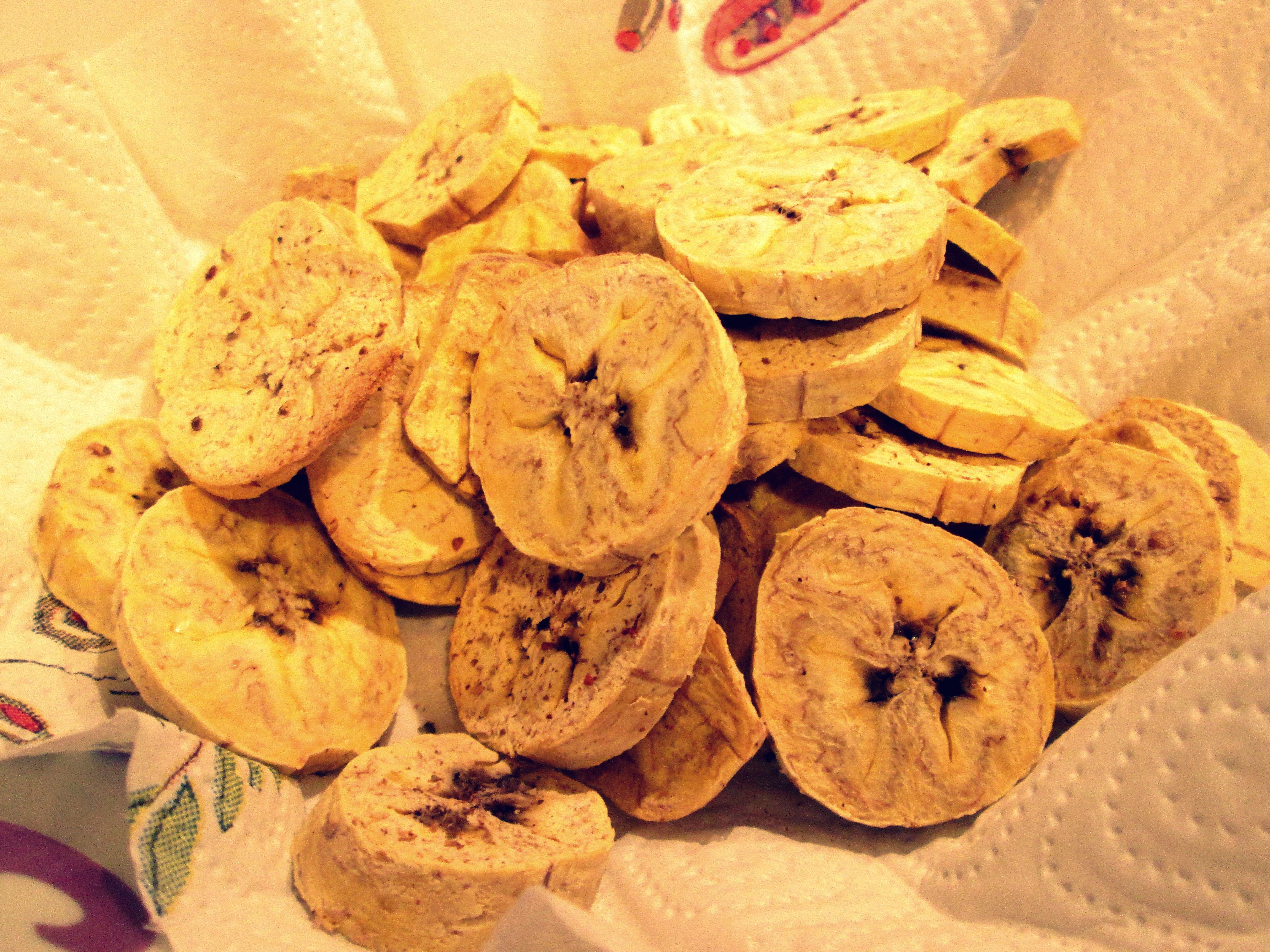 CHIPS DI PLATANO AL FORNO Vi ricordate del platano con cui avevo preparato delle sfiziosissime chips fritte?! Ecco l'altro giorno ho voluto bissare, ma rendendole più leggere e sane, così ho preparato queste leggere e speziate chips di platano al forno. http://blog.giallozafferano.it/cookingtime/chips-di-platano-al-forno/