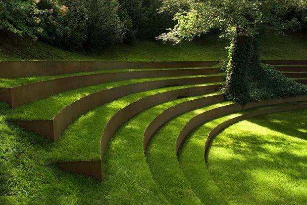 Anfiteatro cubierto de pasto hermoso trabajo de for Escalera de bloque de jardin