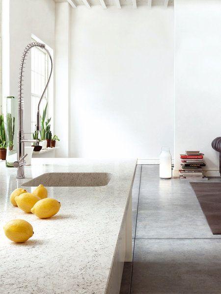 Encimera de cocina en tono arena con fregadero del mismo material