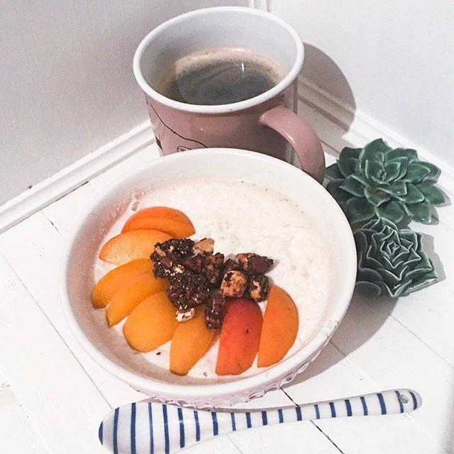 Guten Morgen- heute mit Reisflocken-Milchreis für die schnelle Variante und Marille  Guten Morgen- heute mit Reisflocken-Milchreis für die schnelle Variante und Marille  . .