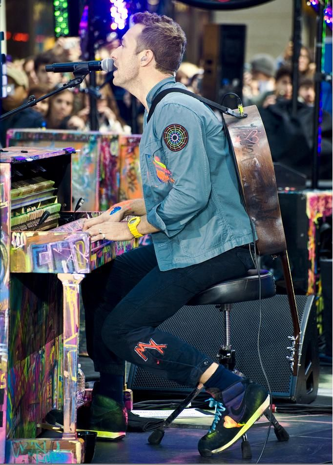 Chis playing one of the many Mylo Xyloto pianos