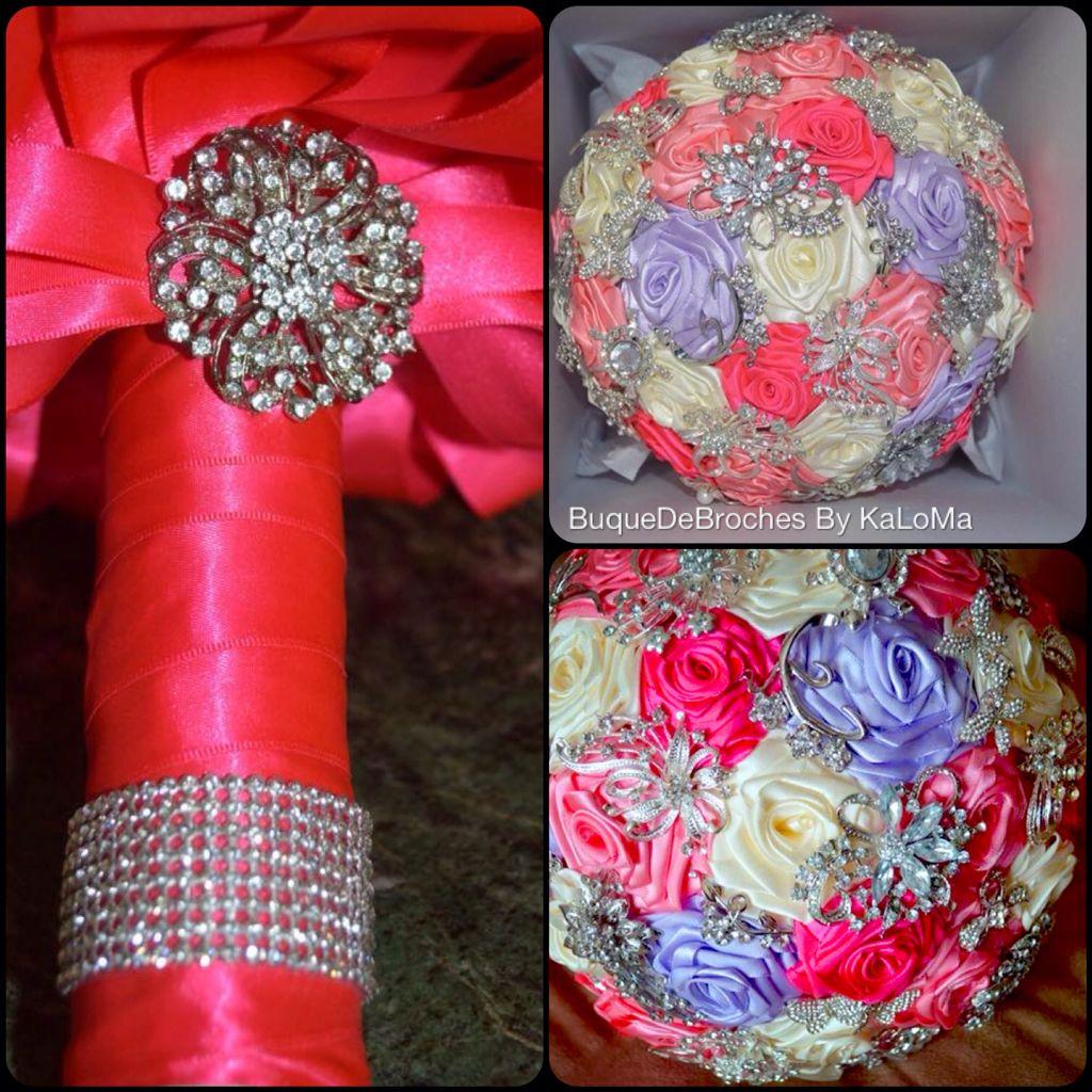 Buque de flores de cetim em Rosa, lilás e off white e broches em prata. By KaLoMa Buquê De Broches. Www.KalomaBuqueDeBroches.com.br