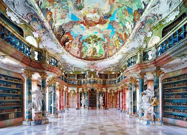 La Biblioteca dei Colori, ed è definita anche una delle più belle biblioteche del mondo. Completata nel 1744 è nell'Abbazia benedettina di Wiblingen, a Ulma in Germania.
