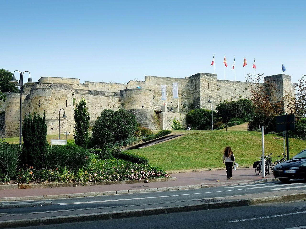 Calvados Le Chateau De Caen Est Un Ensemble Fortifie Du Centre Ville Ancien De Caen Fonde Vers 1060 Par Guillaume Le Con Chateau France Chateau Chateau Fort