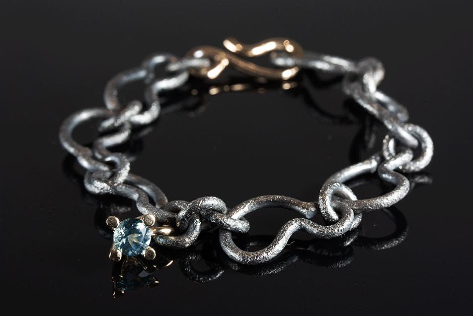 Armband I Oxideret Solv Med Mira Maja Vedhaeng I 14k Guld Og Topas