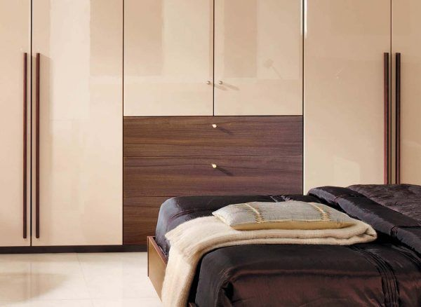 Warm Wood Tones And Statement Handles Look Exquisite Alongside This High Gloss Cream Finish Wardrobe Design Bedroom Fitted Furniture Fitted Bedrooms