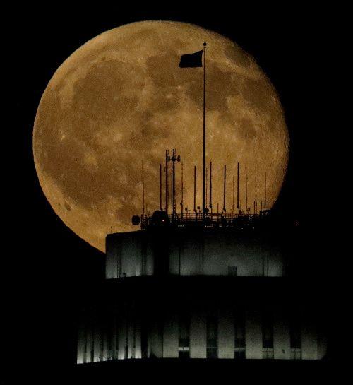 BRATISLAVA/PRAHA - Najväčší spln za posledných takmer 70 rokov nastane v pondelok 14. novembra. Voľným okom to ale podľa odborníkov vidieť nebude, ľuďom sa ale môže noc zdať jasnejší. Ak však mesiac vyfotografujú a porovnajú si snímky bežných splnov, tak rozdiel vo veľkosti uvidia. Ľudia sa z úkazu ale budú môcť tešiť len vtedy, keď bude priať počasie a nebude oblačno. Na podobný superpln si budú musieť počkať až do roku 2034.