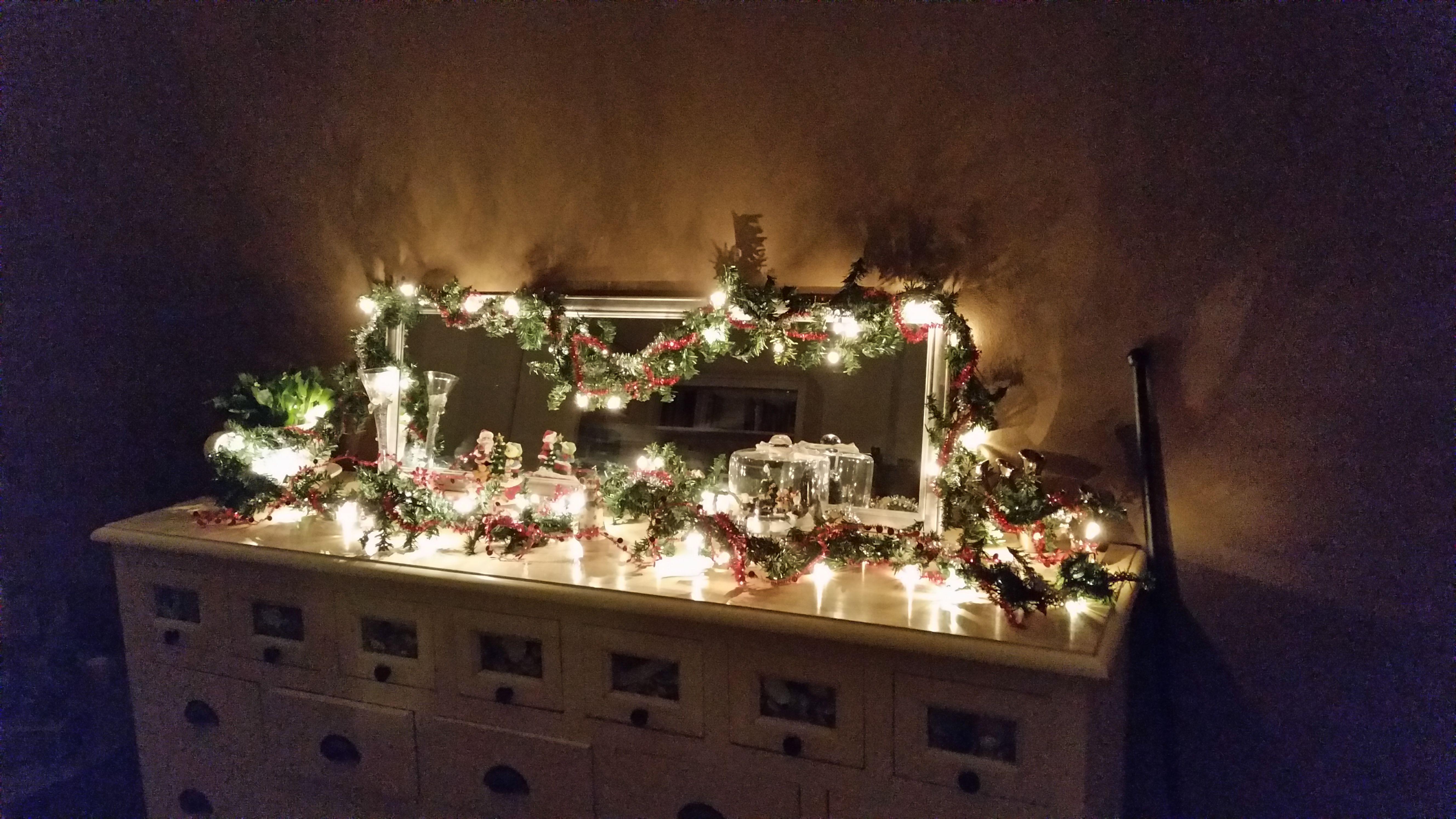 Kerst Slinger En Versiering Op Het Dressoir Kerst Slingers Kerst Dressoir