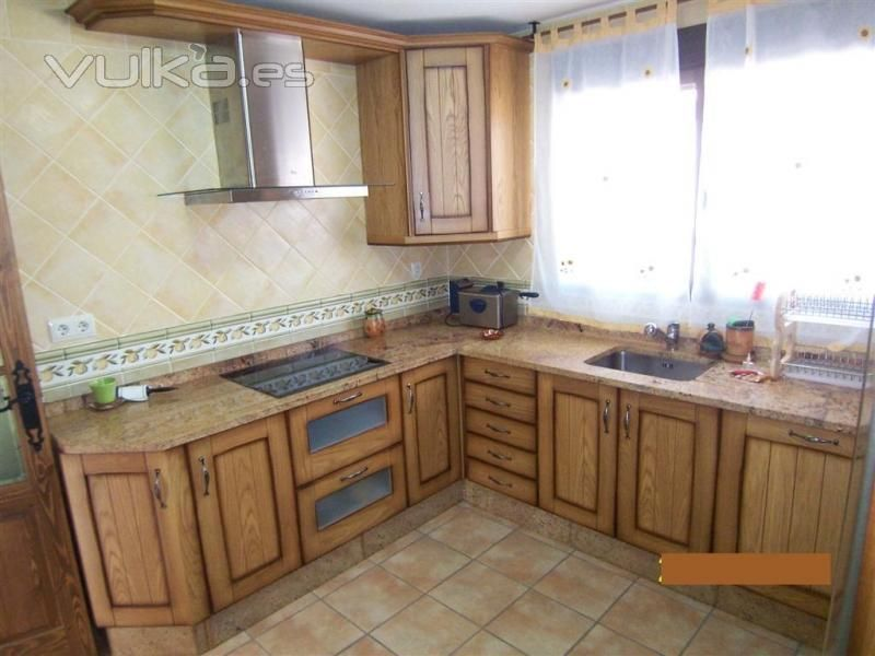 Cocina amueblada con electrodomesticos y muebles de madera for Muebles cocina rusticos