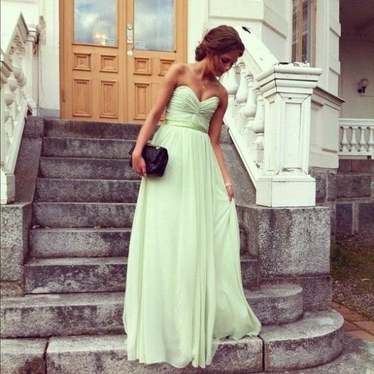 Este vestido es verde y largo. Me gustaría llevar este vestido para una boda. Este vestido verde es bonito.