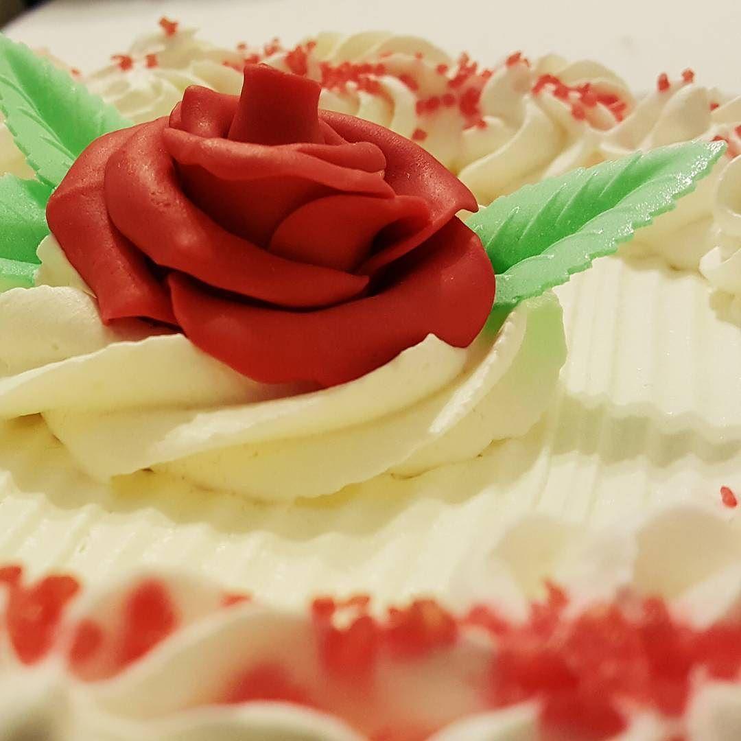 Non è il compleanno di nessuno ma in casa mi sono trovata davanti sta torta e quindi. #vsco ##bdaycake #letthemeatcake