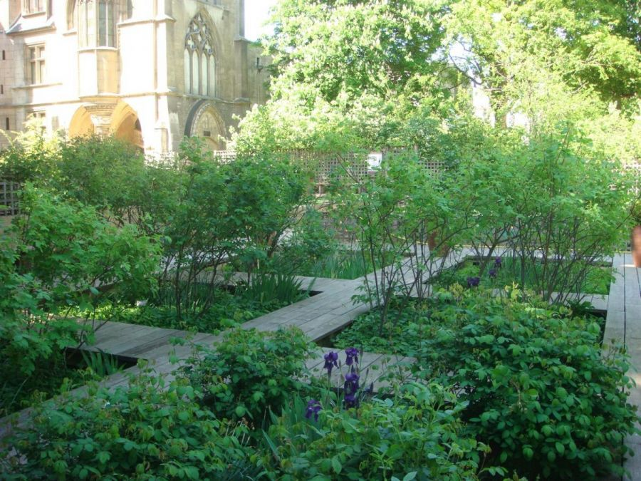 Paris 5 Arrondissement Really Small Pocket Park In Front Of A Church You Can Walk Through The Plants On The Wooden Grid Fickpark Utomhus Tradgard