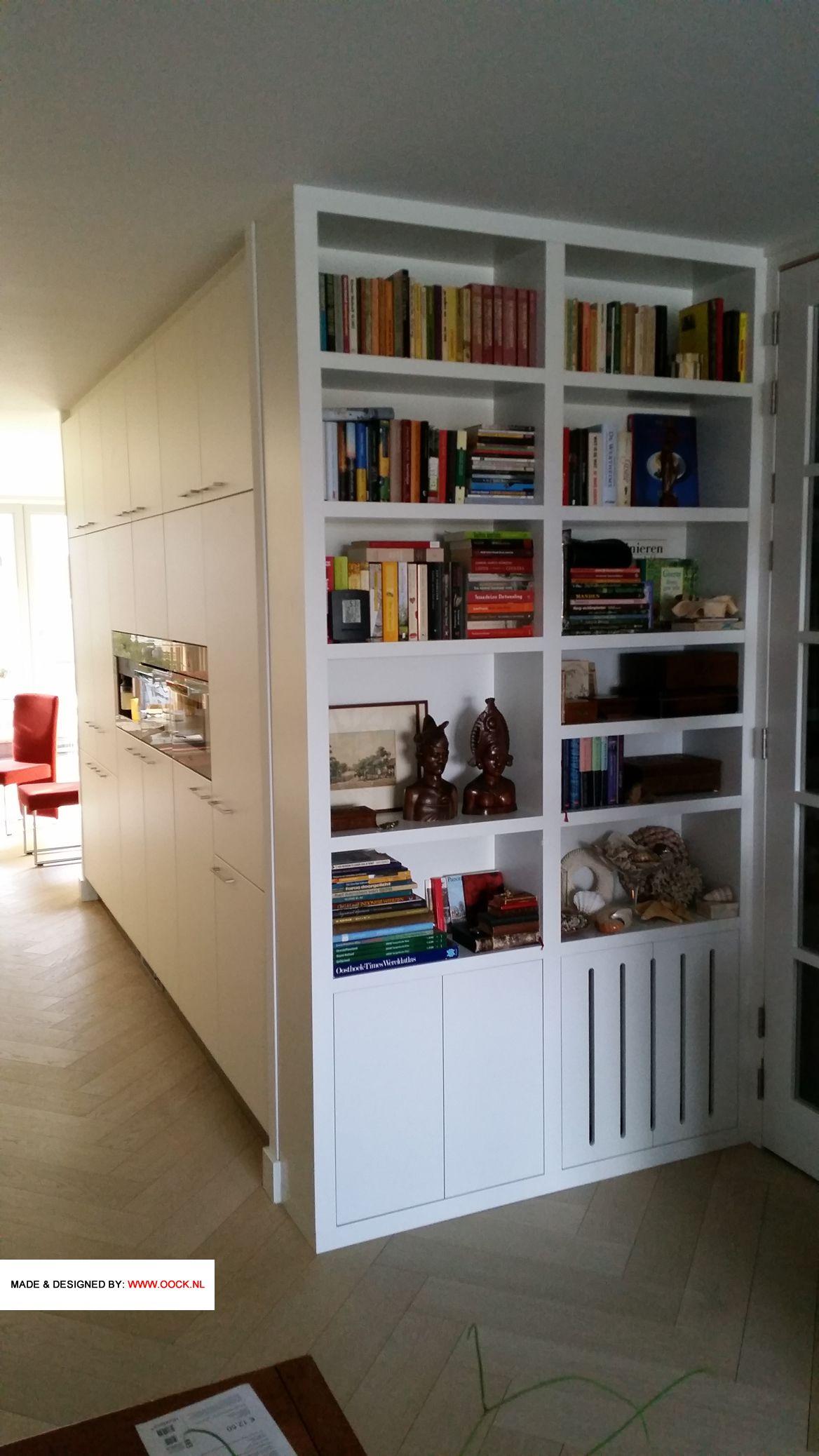 moderne boekenkast op maat als alternatieve room divider tussen de woonkamer en de keuken ook