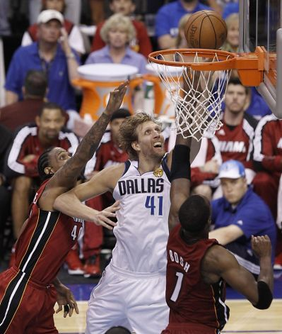 Dirk Nowitzki Powers Mavs Comeback Over Heat Dirk Nowitzki Dallas Mavericks Nba Legends