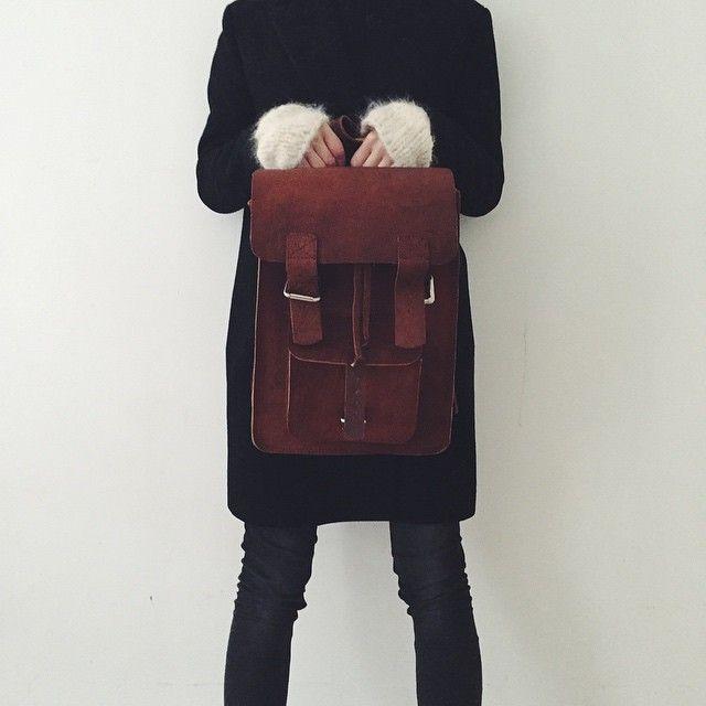 Leather backpack crush// Jeg løper rundt med mac, notatblokker, ekstra votter, skjerf, farrisflaske, solbriller, gudvethva i nett og vesker over skuldrene til enhver tid. Med jevne mellomrom ser jeg ut som en baglady på tur. Tenker at en real skinnsekk kan frigjøre et par armer? #antsandsugar #mammagarderobe