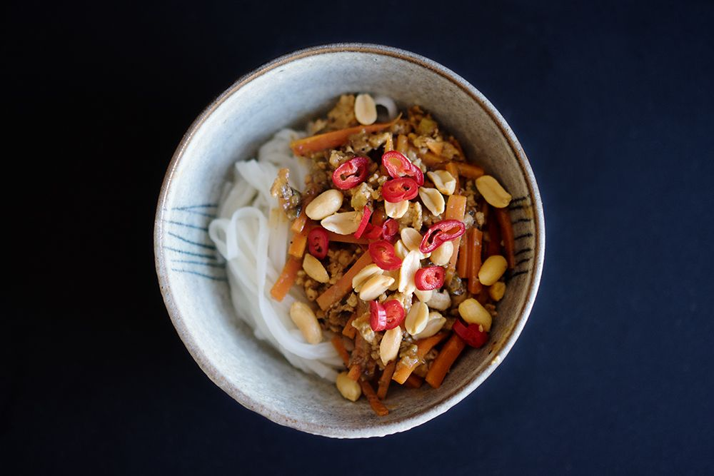 Berliner Küche huhn mit szechuanpfeffer erdnusssauce und reisnudeln essen