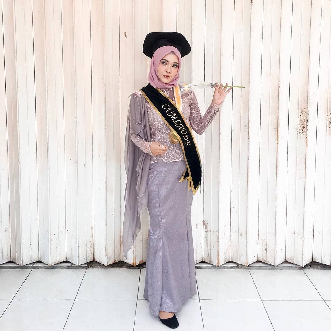 "Photo of WisudaIndo|WisudaOutfit on Instagram: ""Stunning #wisudastyle by @dindarisa_ . . Let's share your inspiring Graduation Looks here @wisudastyle . . Recommended to follow: 👉…"""