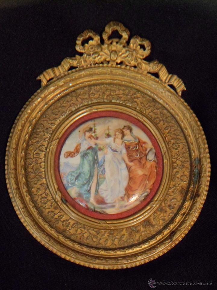Marco en bronce ligero con sobredorados, con medallón de porcelana ...