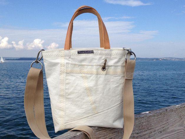 """Diese Segeltasche ist aus Segel/Segeltuch gearbeitet, das einem Upcycling unterzogen wurde. Dennoch weist es natürlich Spuren seines """"vorherigen Lebens"""" auf. Das macht sie jedoch erst zu dem, was..."""