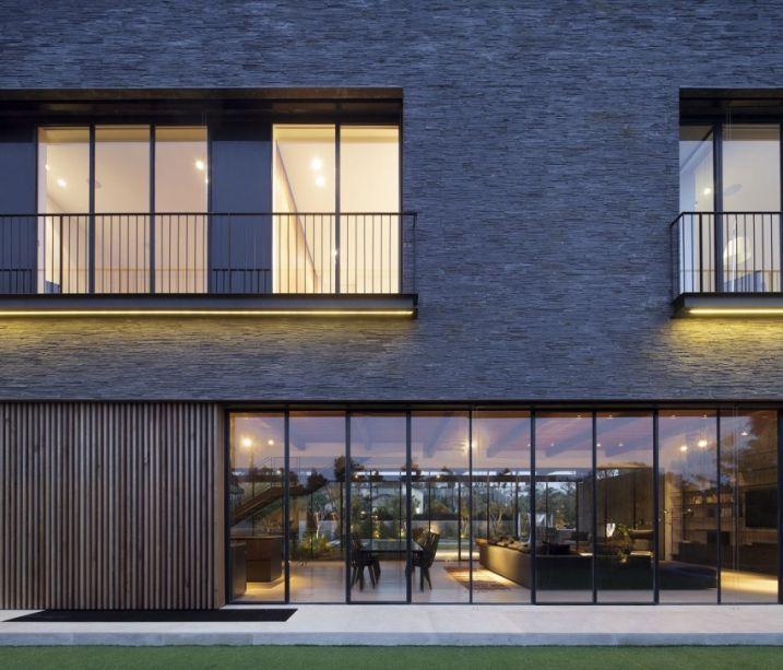 Maison contemporaine avec une façade en ardoise
