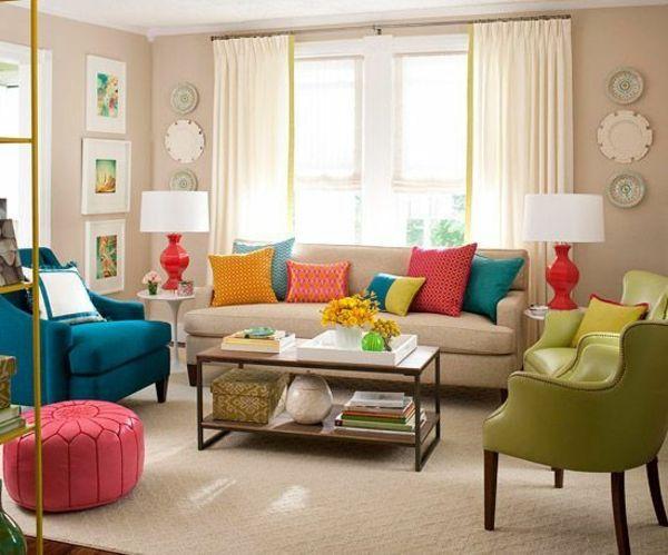 bunte aber stilvolle Gestaltung mit vielen farbigen Kissen auf dem ...