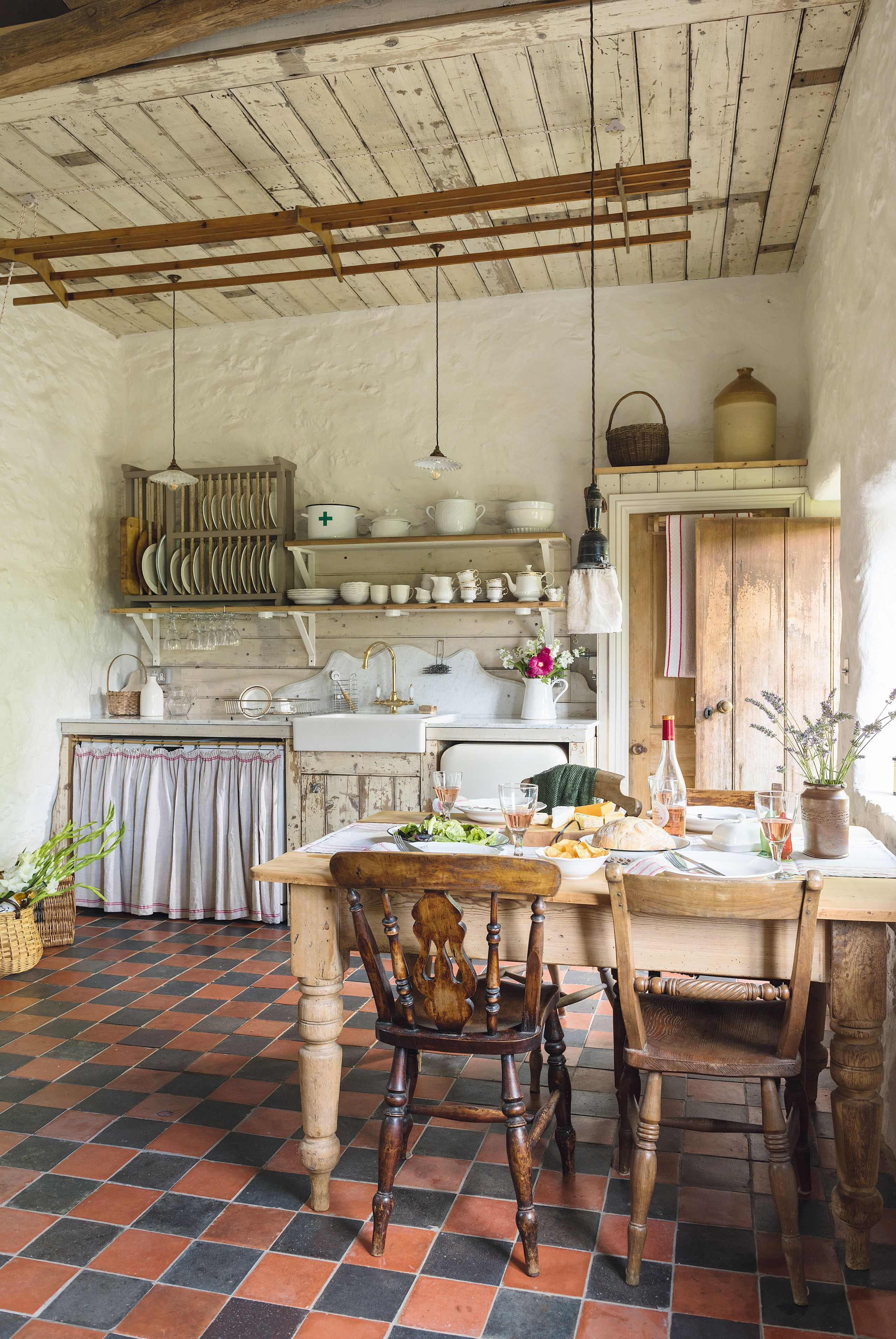 Take A Tour Around This Pretty Rustic Cottage Cottage Kitchens