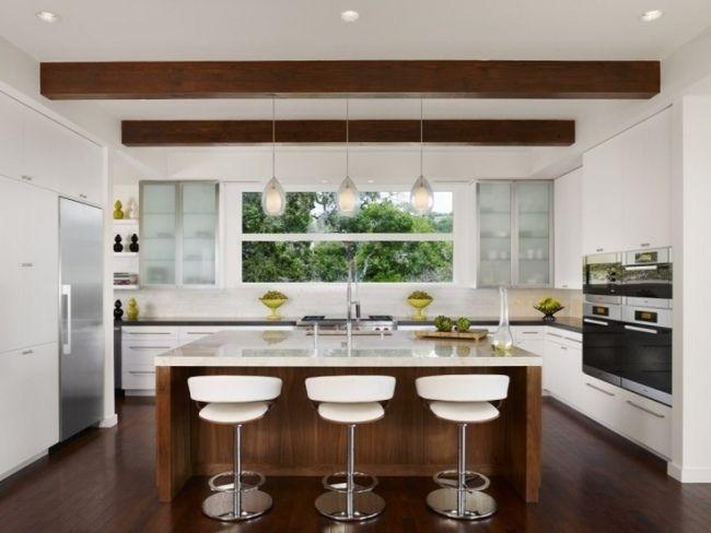 Moderne küchen mit insel an der wand  Wohnideen für die moderne Küche weiß holz kochinsel dachbalken ...