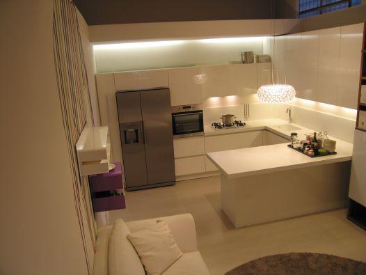 Cucina one di ernestomeda in finitura laccata lucida bianca moderna ed elegante apertura - Cucina angolare con penisola ...