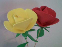 Cmo hacer rosas de espuma Como hacer flores Hacer flores y Goma eva