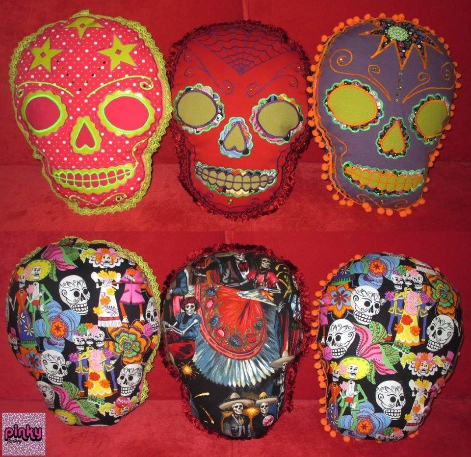 Je présente pour ce salon mes créations d'objets déco et accessoires en textiles. Je m'inspire de plusieurs formes de cultures populaires telles que la tradition de la fête des morts mexicaine, l'imagerie des tatouages old school, l'univers du kitsch, la musique punk, les films de zombies dans lesquelles je pioche, me réapproprie et détourne leur esthétique dans la création de mes coussins ou de sacs… PAR PINKY FACTORY