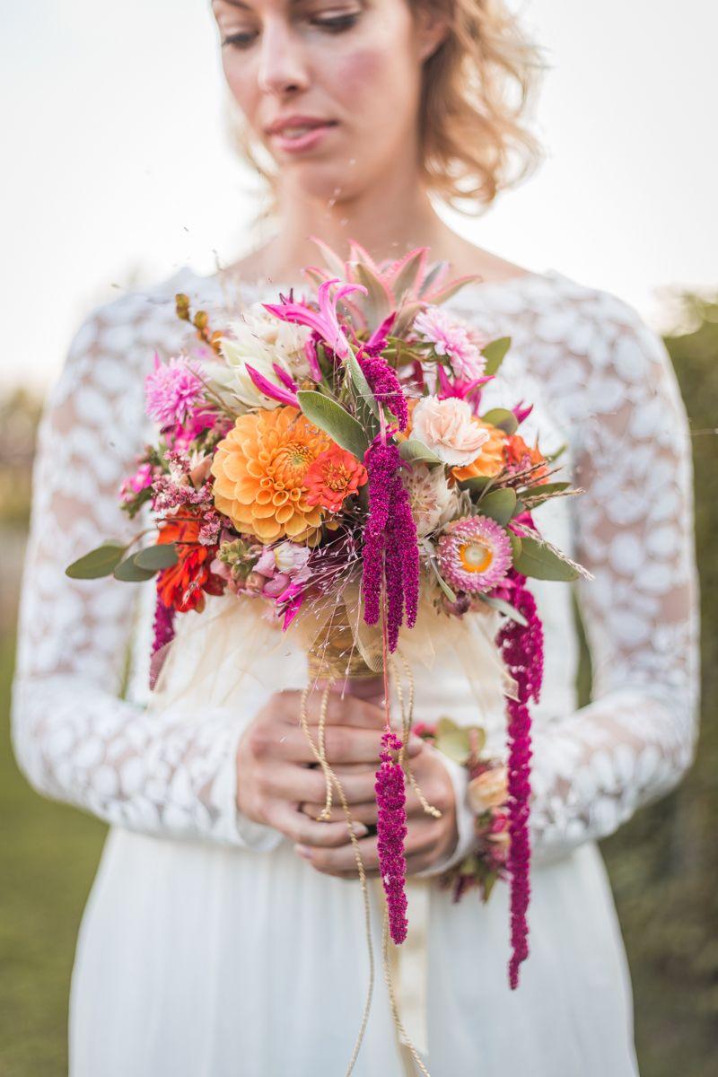 Bunte Tropical Wedding Ideen mit Ananas  Brautstrauss und