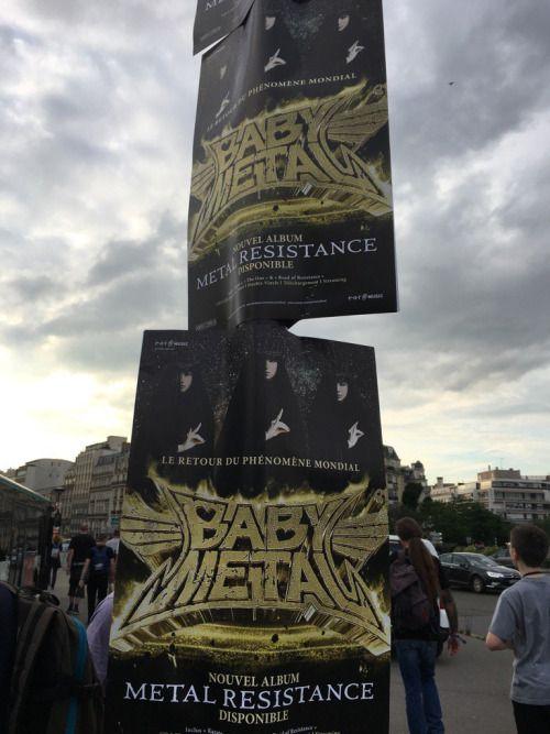 RT @tatakometal: Metal resistance の広告がバス停にたくさん貼ってあった #BABYMETAL...