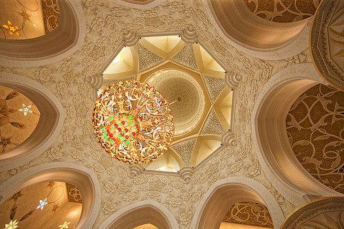 En güzel dekorasyon paylaşımları için Kadinika.com #kadinika #dekorasyon #decoration #woman #women ABU DHABI UAE - MAY 13 2014: Sheikh Zayed Mosque in Abu Dhabi considered to be the key for worship in the United Arab Emirates