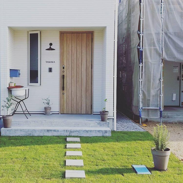 玄関前に芝生が生えました O 玄関 外溝 芝生 玄関前 アプローチ Antryps Kanachicon 玄関 庭 エクステリア