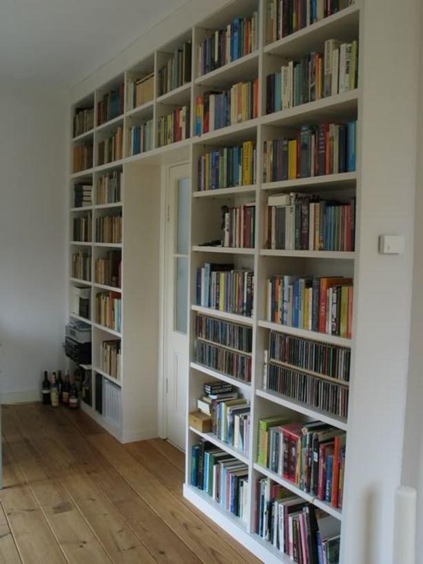 een boekenkast rondom de deur