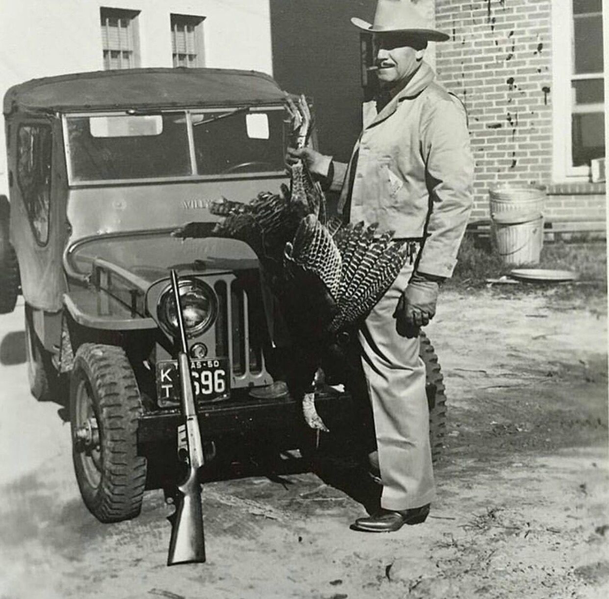 1940 S Jeep Guy Shoots Turkey Jeep Guys Jeep Memes Classic Jeeps