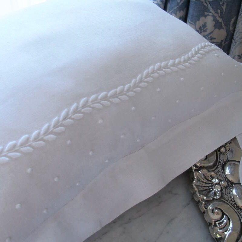 Almofada em linho bordada ref.7932T - na nossa loja online www.bordal.pt #madeiraembroidery #handmade #bordal