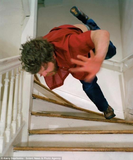 Difficile de descendre les marches sans les pieds