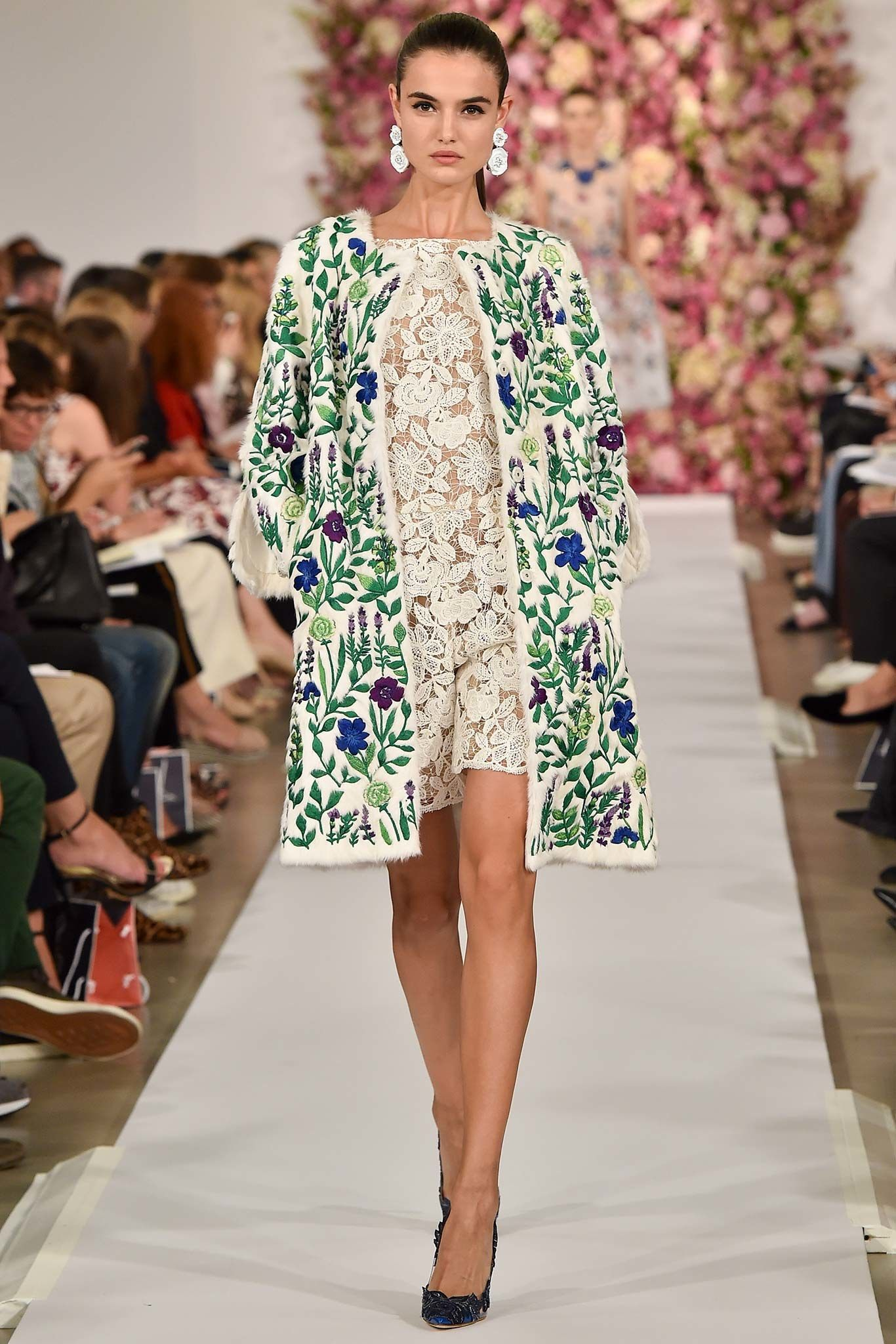 a6736c05f Oscar de la Renta's spring 2015 ready-to-wear collection featured many  bight flower patterns that look very art nouveau. The bright blues, greens,  ...