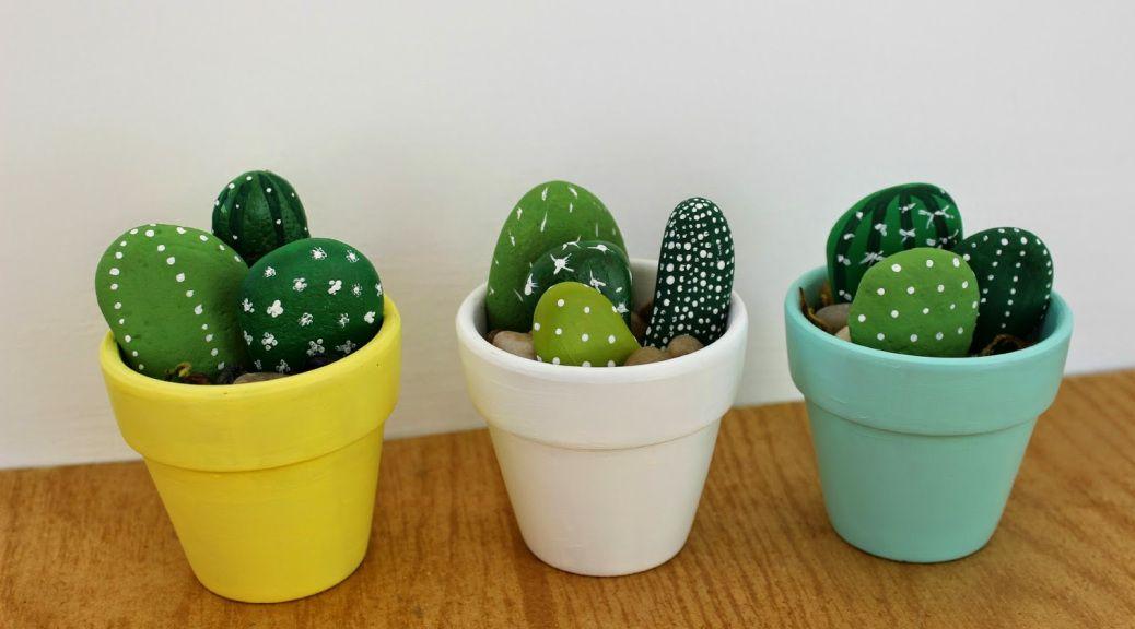3 macetas con piedras decoradas como cactus