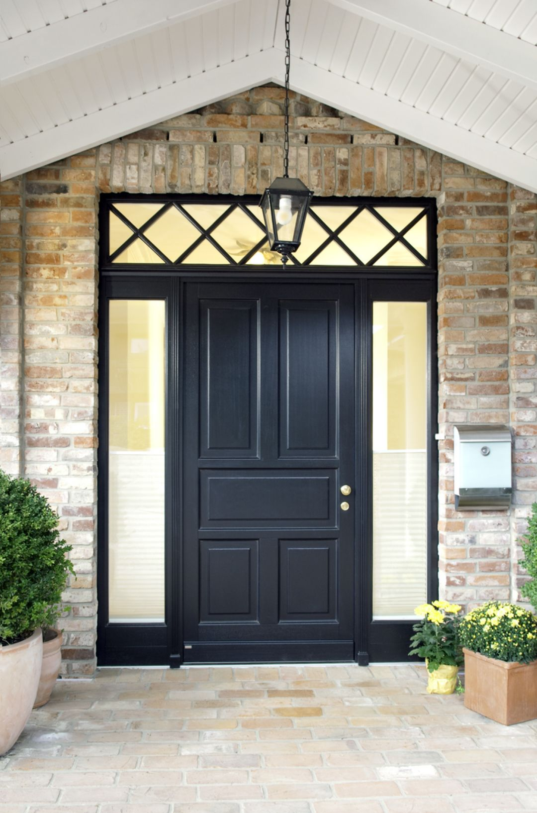 Photo of En veldig attraktiv inngang! Et trehus dørsystem i dyp svart! Til…
