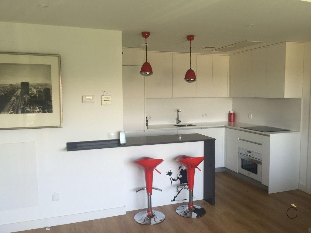 cocina blanca con pennsula y taburetes rojos cocinas blancas modernas - Cocinas Blancas Modernas